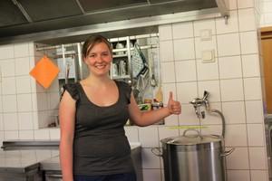 Hanna ist die Küchenchefin. Sie ist 24 Jahre alt, hat Spaß am Kochen und an den coolen Mitarbeitern. Um Mittagessen zu kochen braucht das Küchenteam mindestens zwei Stunden. Für Frühstück und Abendessen jeweils eine Stunde.