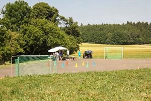 Sportplatz: Zum Kicken und Basketball spielen treffen wir uns hier. Ansonsten nutzen wir den Sportplatz für viele andere Programmpunkte.